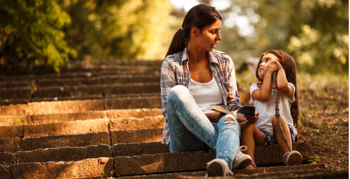 Como chamar a atenção da criança em público sem gerar constrangimento